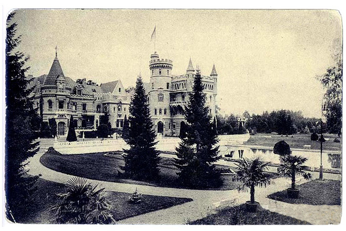 The Russian castle Muromtsevo with its park.