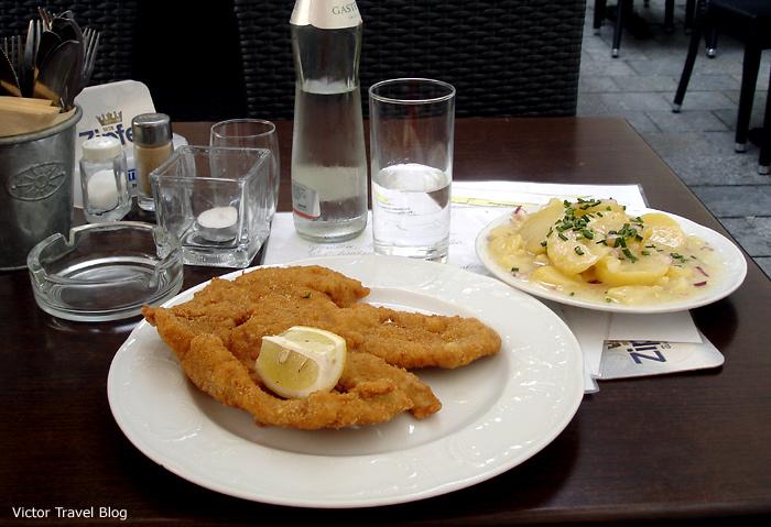 Wiener Schnitzel in Viena, Austria.