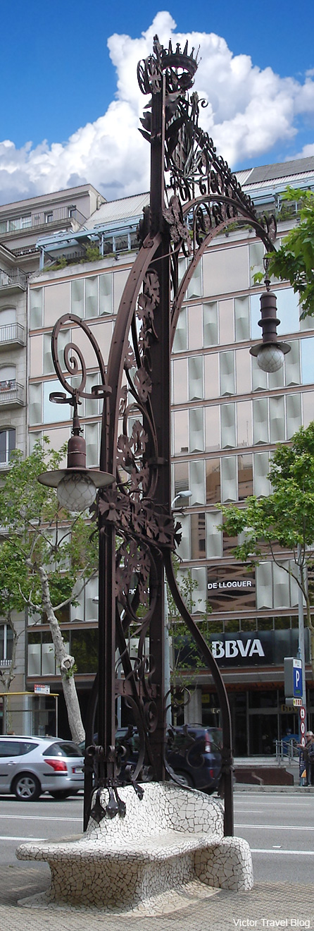 Streetlight by Pere Falques. Barcelona, Spain.