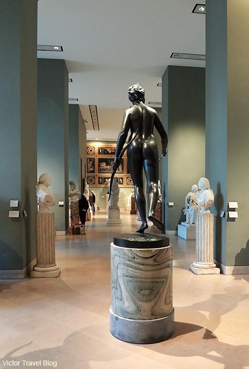 Diane Chasseresse. Bronze. Louvre. Paris, France.