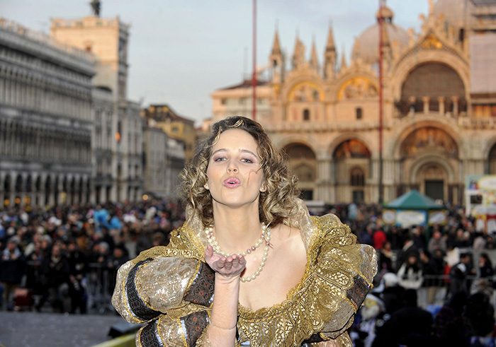 Julia Nasi acted as an angel of Venetian Carnival.