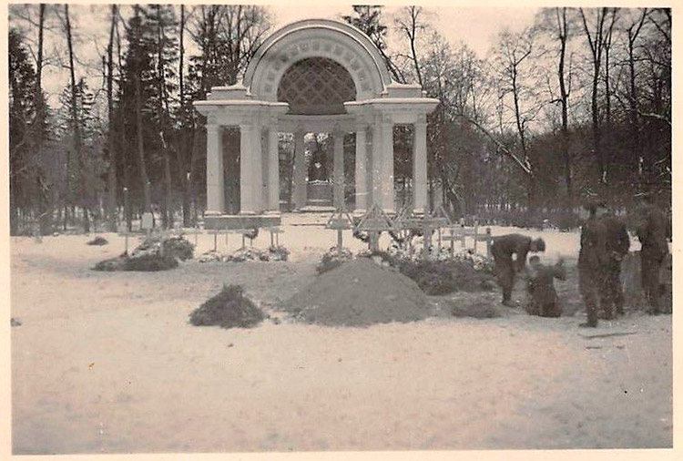 The Monument to Empress Maria Feodorovna was not damaged by the Nazis.